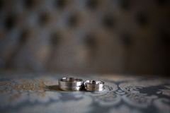Его и ее соответствуя обручальные кольца Стоковые Фото
