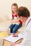 его маленькая терпеливейшая хирургия педиатра Стоковая Фотография RF