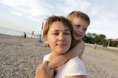 его обнимая сынок мати стоковое фото