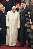 Его Папа Фрэнсис и Raimonds Vejonis святости, во время прибытия Папы Фрэнсиса для официального государственного визита в Риге, Ла стоковая фотография