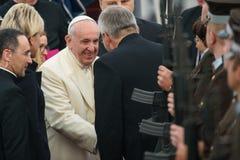 Его Папа Фрэнсис и Raimonds Vejonis святости, во время прибытия Папы Фрэнсиса для официального государственного визита в Риге, Ла стоковые изображения