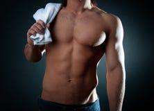 его полотенце плеча удерживания мыжское Стоковое Фото