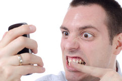 его телефон человека свирепствуя серьезно осажено Стоковая Фотография RF