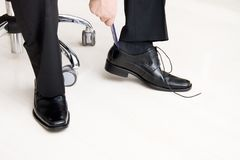 его человек кладя ботинки стоковое изображение rf