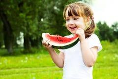 еда арбуза девушки Стоковое Изображение