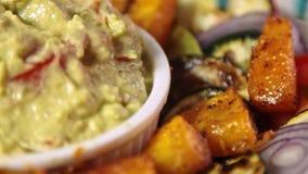 Еда вводя гуакамоле в моду с завтраком vegies видеоматериал