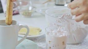 Еда вводя сливк в моду сыра с клубникой и фисташками видеоматериал