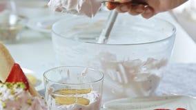 Еда вводя сливк в моду сыра с клубникой и фисташками сток-видео