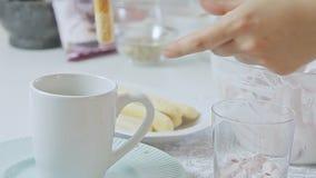 Еда вводя сливк в моду сыра с клубникой и фисташками акции видеоматериалы