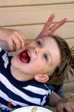 еда вишни мальчика Стоковые Изображения RF