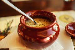 Еда в глиняном горшке Стоковые Фотографии RF