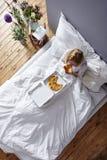 Еда в кровати Стоковое Изображение RF