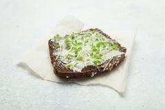 Еда в реальном маштабе времени от микро- зеленых цветов на всем хлебе зерна сырцовое диетическое питание стоковое изображение rf