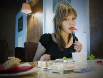 еда девушки Стоковые Изображения