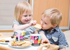 еда десерта детей смешная Стоковая Фотография RF