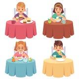 Еда детей Дети едят фаст-фуд обеда завтрака ребенка обеденного стола обедая набор персонажей из мультфильма мальчика девушки иллюстрация вектора