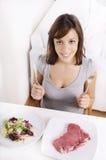 еда детенышей женщины салата мяса Стоковое фото RF