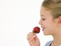 еда детенышей клубники девушки Стоковая Фотография RF