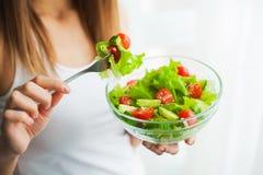 еда диетпитания здоровая Молодая женщина есть здоровый салат после разминки стоковое изображение