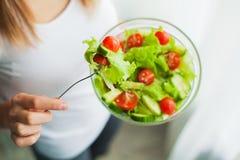 еда диетпитания здоровая Молодая женщина есть здоровый салат после разминки стоковое фото rf