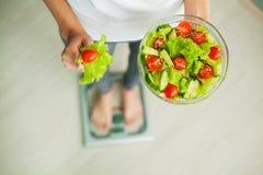 еда диетпитания здоровая Молодая женщина есть здоровый салат после разминки стоковое фото