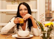 еда домашней женщины салата Стоковые Фото