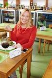 еда женщины ресторана обеда Стоковое Изображение