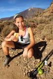 еда женщины hiker Стоковое Изображение RF