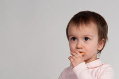 еда заедок девушки маленьких Стоковое Изображение RF