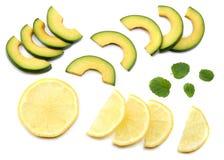 еда здоровая авокадо с лимоном и куски изолированные на белой предпосылке Стоковая Фотография