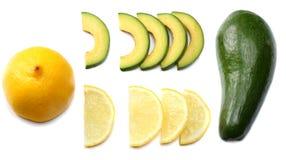 еда здоровая авокадо с лимоном и куски изолированные на белой предпосылке Стоковые Изображения