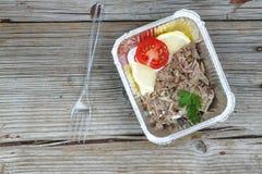 еда здоровая Кипеть мясо и свежие овощи в устранимых контейнерах на деревянной доске Концепция: Здоровая еда, поставка еды Стоковые Изображения RF