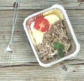 еда здоровая Кипеть мясо и свежие овощи в устранимых контейнерах на деревянной доске Концепция: Здоровая еда, еда Стоковые Изображения RF