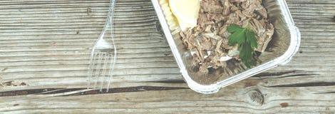 еда здоровая Кипеть мясо и свежие овощи в устранимых контейнерах на деревянной доске Концепция: Здоровая еда, еда Стоковая Фотография