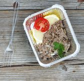 еда здоровая Кипеть мясо и свежие овощи в устранимых контейнерах на деревянной доске Концепция: Здоровая еда, еда Стоковая Фотография RF