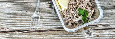 еда здоровая Кипеть мясо и свежие овощи в устранимых контейнерах на деревянной доске Концепция: Здоровая еда, еда Стоковое Фото