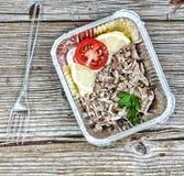 еда здоровая Кипеть мясо и свежие овощи в устранимых контейнерах на деревянной доске Концепция: Здоровая еда, еда Стоковое Изображение