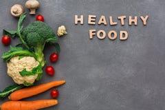 еда здоровая Свежие овощи на серой предпосылке, космосе экземпляра Стоковое Фото