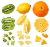 еда здоровая смешайте отрезанный плодоовощ лимона, апельсина, мандарина и кивиа при зеленые лист изолированные на белой предпосыл Стоковая Фотография RF