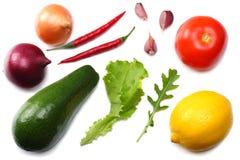 еда здоровая смешивание листьев авокадоа, лимона, томата, красного лука, чеснока, перца и rucola изолированных на белом взгляд св Стоковые Изображения