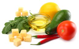 еда здоровая смешивание листьев авокадоа, сыра, томата, лимона и rucola изолированных на белой предпосылке Стоковое Фото