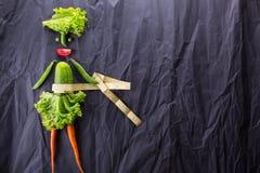 еда здоровая Смешная маленькая женщина сделанная овощей С космосом для текста стоковые фотографии rf