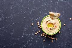 еда здоровая Vegetable источники протеина Шар hummus, на черной каменной таблице, нуты Скопируйте взгляд сверху космоса стоковое изображение