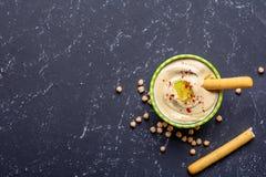 еда здоровая Vegetable источники протеина Шар hummus, на черной каменной таблице, нуты Скопируйте взгляд сверху космоса стоковое фото rf