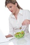 еда здоровой женщины серии салата уклада жизни Стоковая Фотография RF