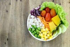 Еда здоровых и диеты, салат свежего овоща на деревянной предпосылке таблицы имеет космос экземпляра Стоковая Фотография