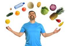 Еда зрелого человека жонглируя стоковое фото