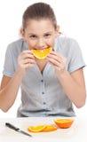 еда изолированных померанцовых милых детенышей женщины Стоковое Изображение