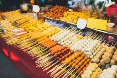 Еда и игрушки улицы в масленице на pai стоковые изображения