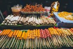 Еда и игрушки улицы в масленице на pai стоковые фото